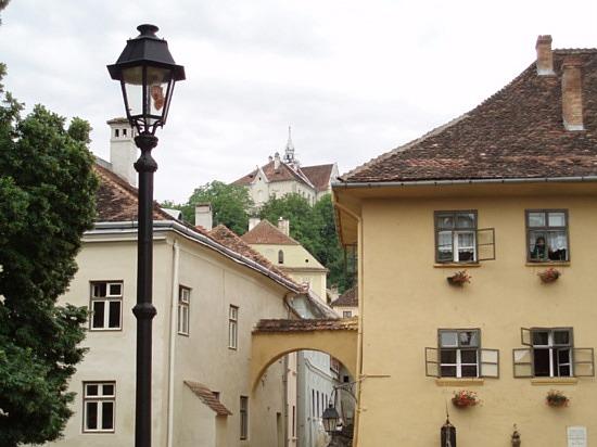ევროპის აღმოსავლეთში დრაკულას სახლი (ყვითელი ფერის)